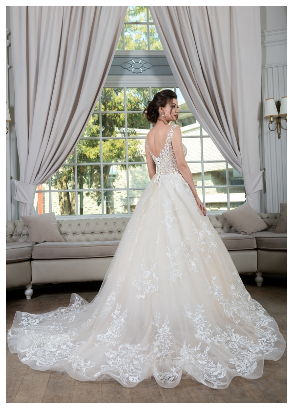 DORIS klasyka mody ślubnej w połączeniu z lekkimi nowoczesnymi materiałami dającymi efekt lekkości